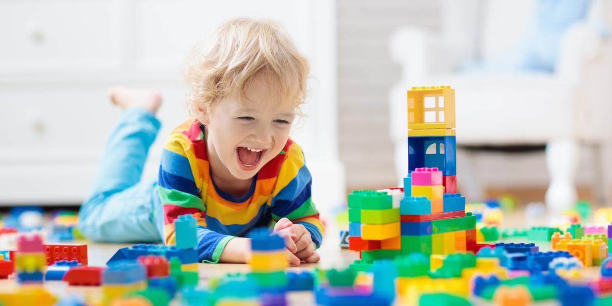 un enfant joue à un jeu de construction