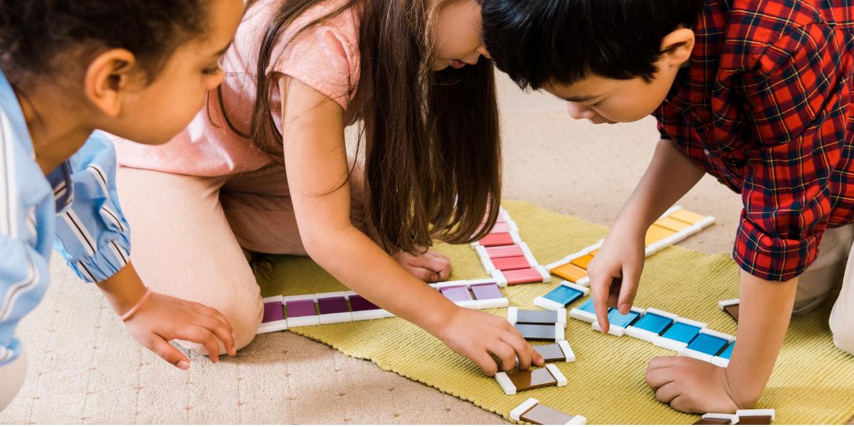 enfants jouent à un jeu de couleurs
