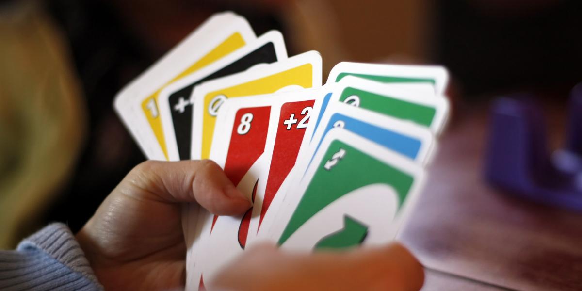 mains d'enfant avec cartes de Uno