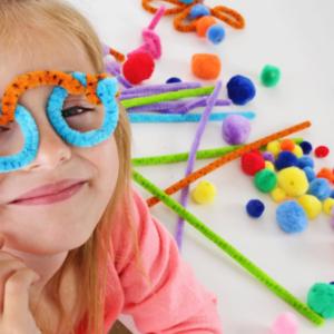 petite filles avec des lunettes réalisées avec des chenilles